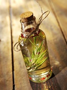 rosemary_oil_in_a_bottle2