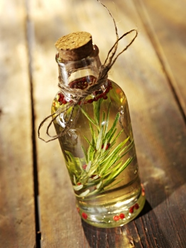 rosemary_oil_in_a_bottle2